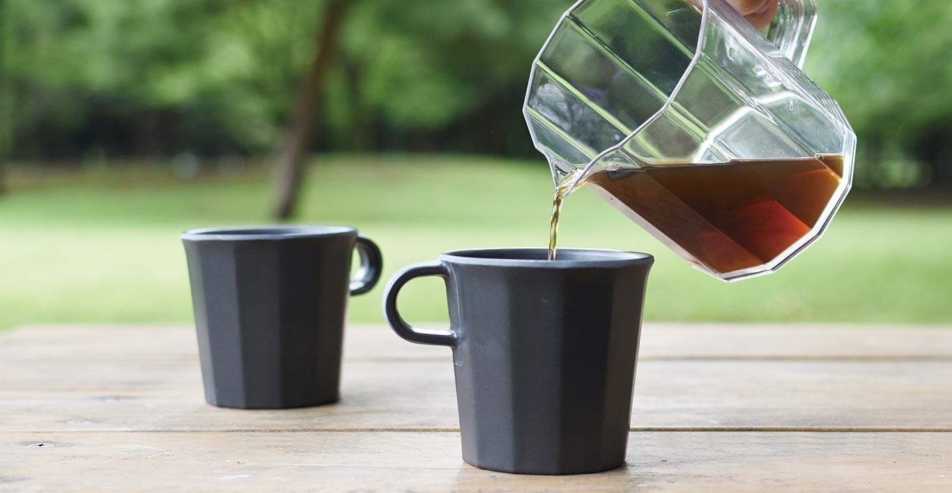 Pouring coffee with ALFRESCO coffee server into a ALFRESCO mug black