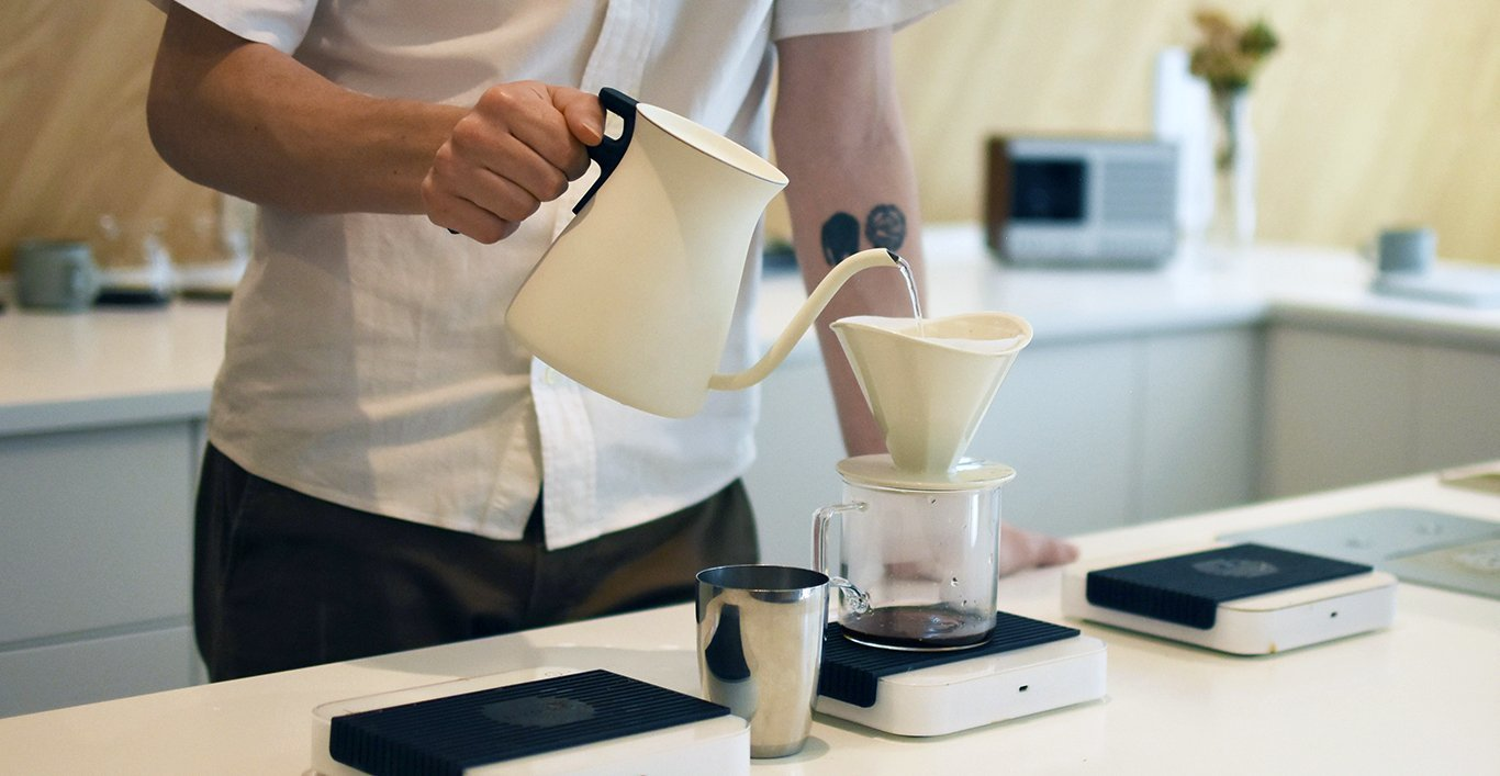 Using POUR OVER KETTLE to make drip coffee with OCT brewer and coffee server
