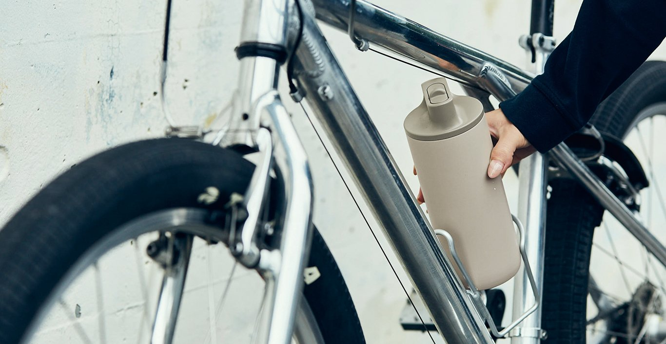 Active tumbler beige being placed on a bike
