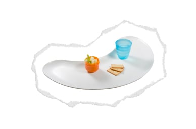 large & ergonomically curved tray that wraps around to catch more food...