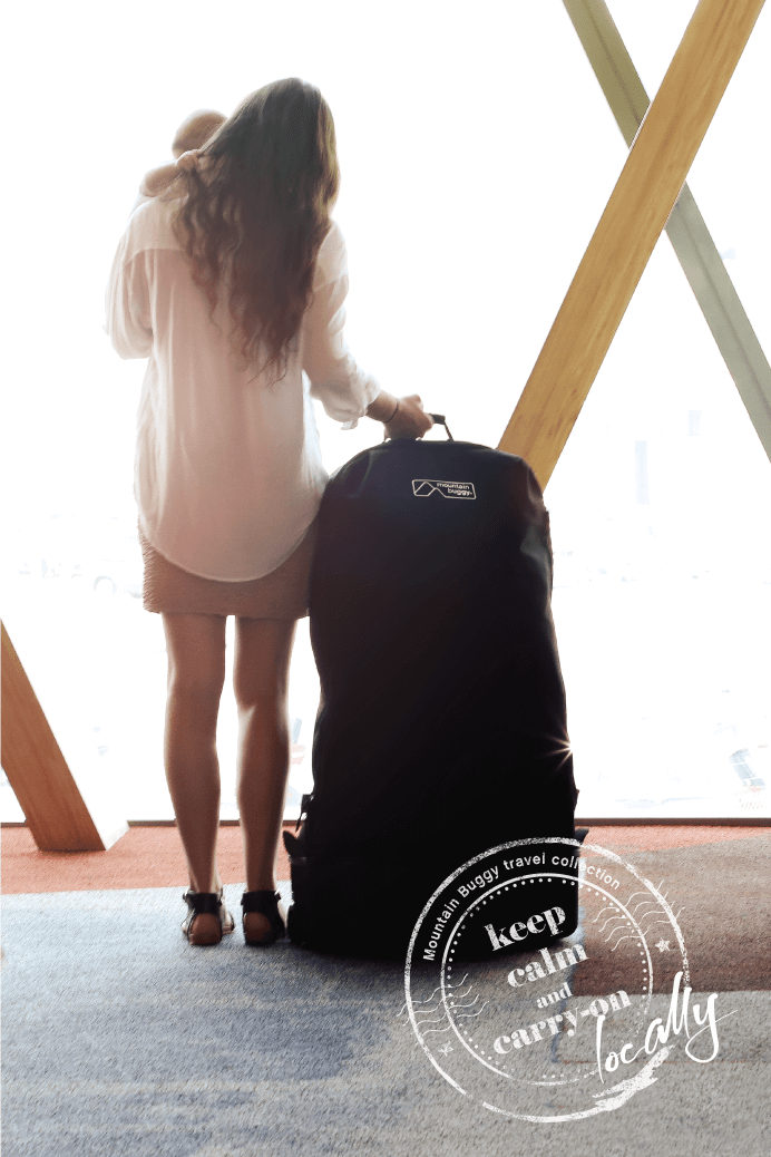 https://cdn.accentuate.io/48124985378/12856885280802/KCCO-TRAVEL-BAG-XL-mother-with-baby-standing-in-departure-lounge-692-x-692-ENG-v1607374494640.png?692x1038