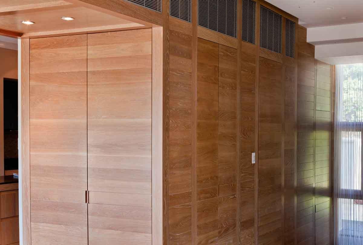 ארון חשמל שירות כניסה חיפוי ציפוי קיר אלון אירופאי מוברש ידית אינטגרלית אורור איורור תריסי דלתות כניסה