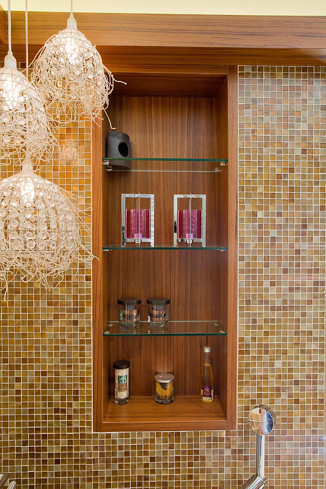 ארון כיור אמבטיה עץ פורניר טיק  דלתות מראה ידית אינטגרלית ארון בנישה נישה מדפי זכוכית