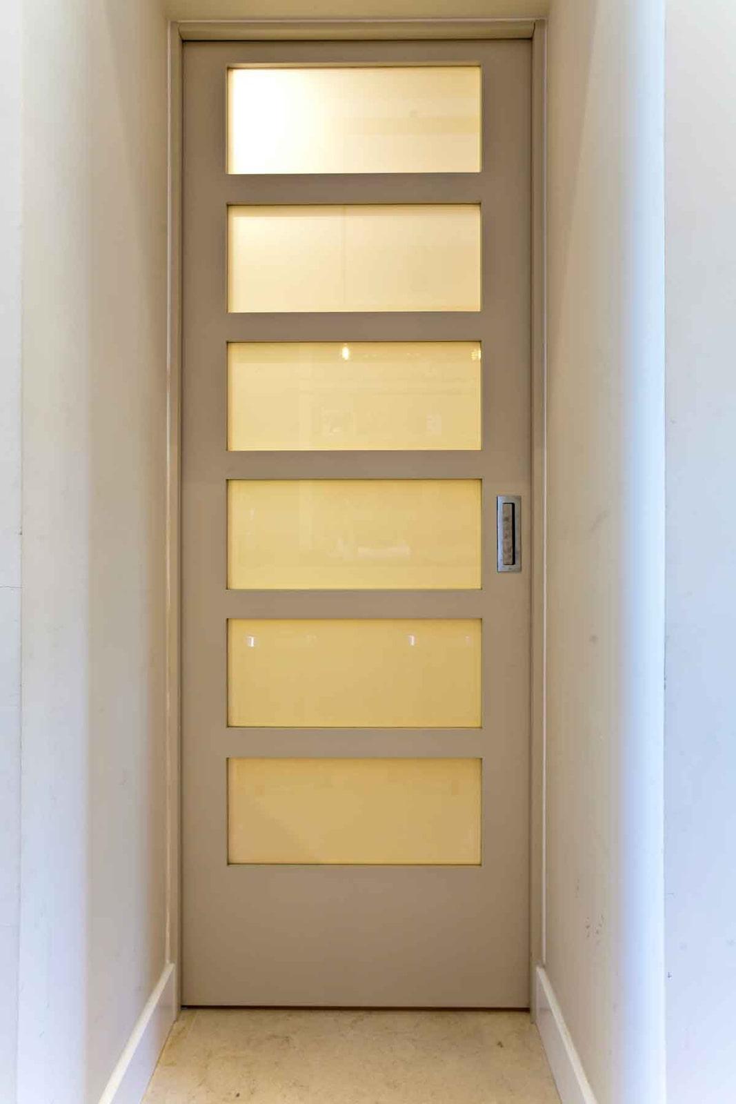 דלת כניסה זכוכית אסיד חלבית הזזה צבע