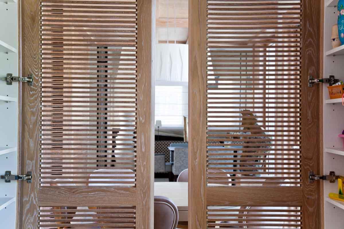 דלתות רשת אורור איורור אלון אירופאי לבן מוברש חריצים מסגרת