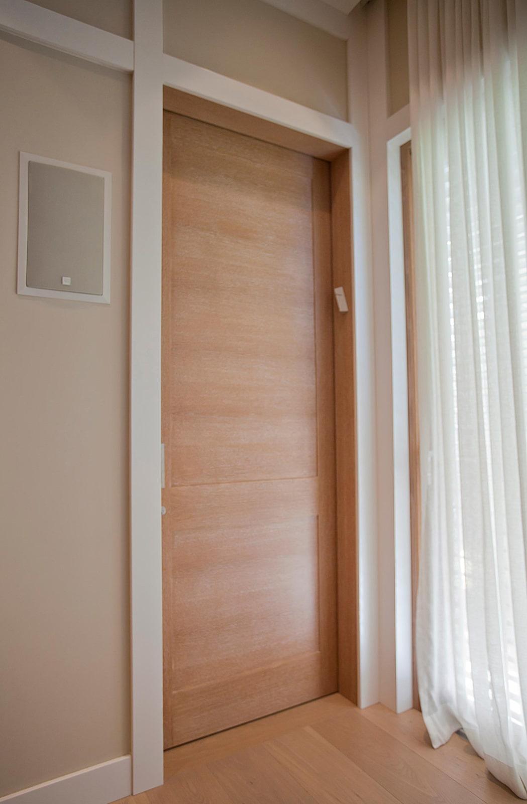 דלתות אלון אירופאי קרניזים ציפוי חיפוי קיר משקופים