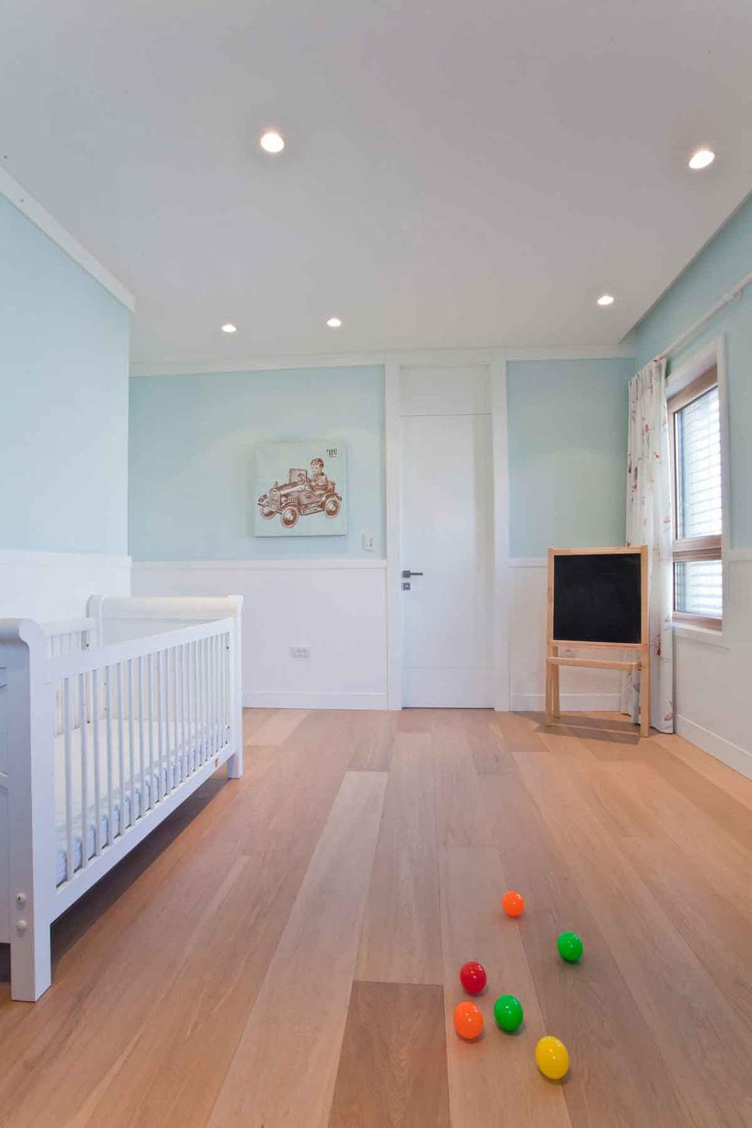 חדר ילדים ציפוי חיפוי קיר נוטפדר צבע לבן עם חריצים דלת אורור איורור תריס מסגרת