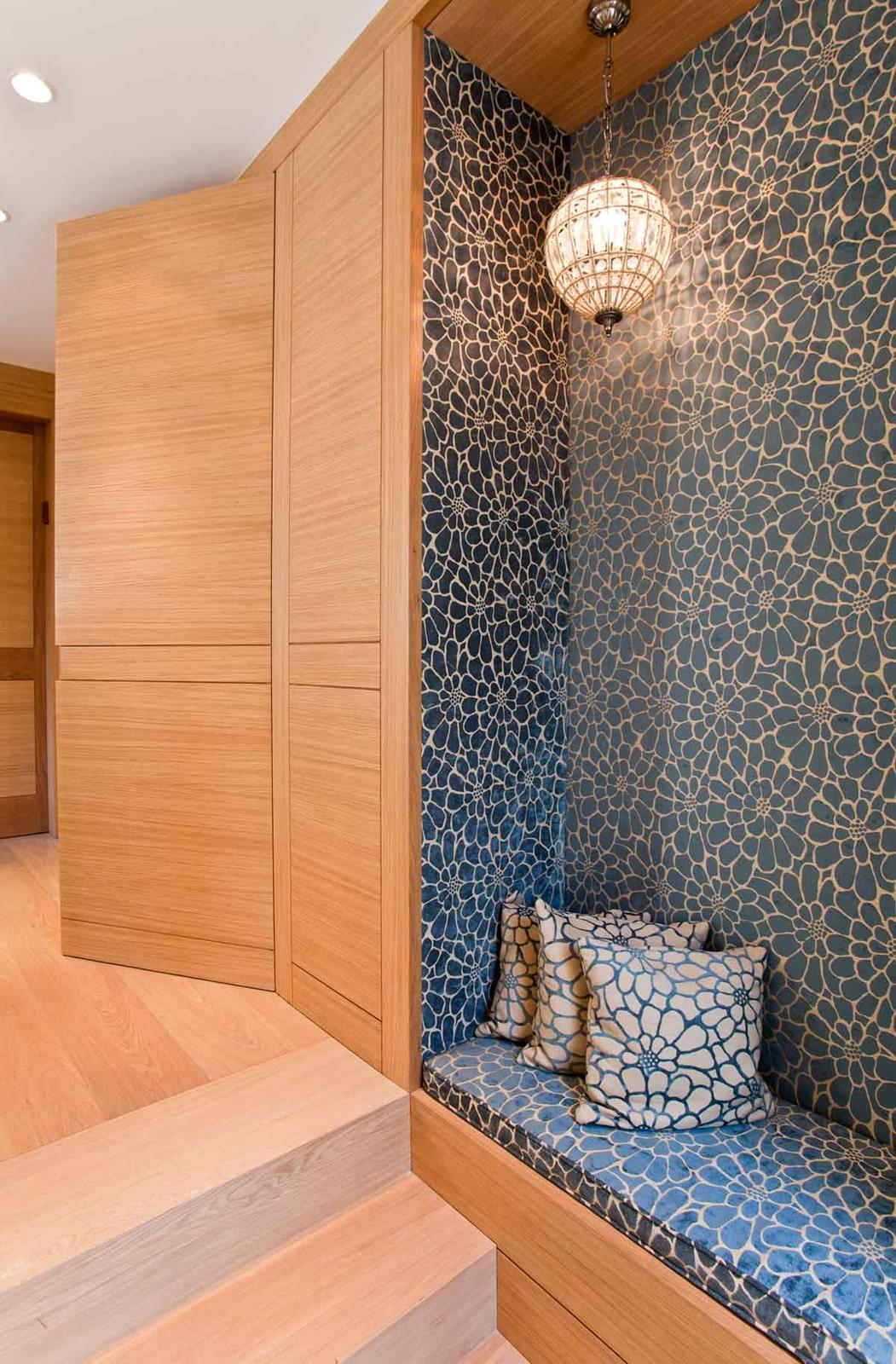 ציפוי חיפוי קיר אלון אירופאי לבן דלת כניסה מעלית פינת ישיבה