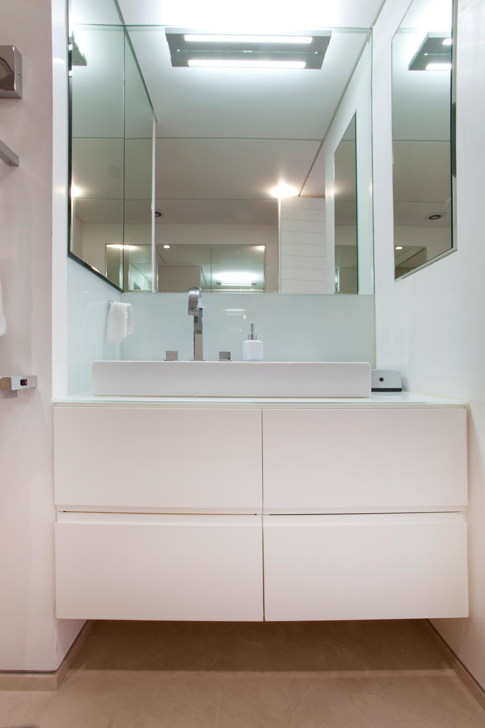 ארון כיור אמבטיה צבע אפוקסי ידית אינטגרלית מראה