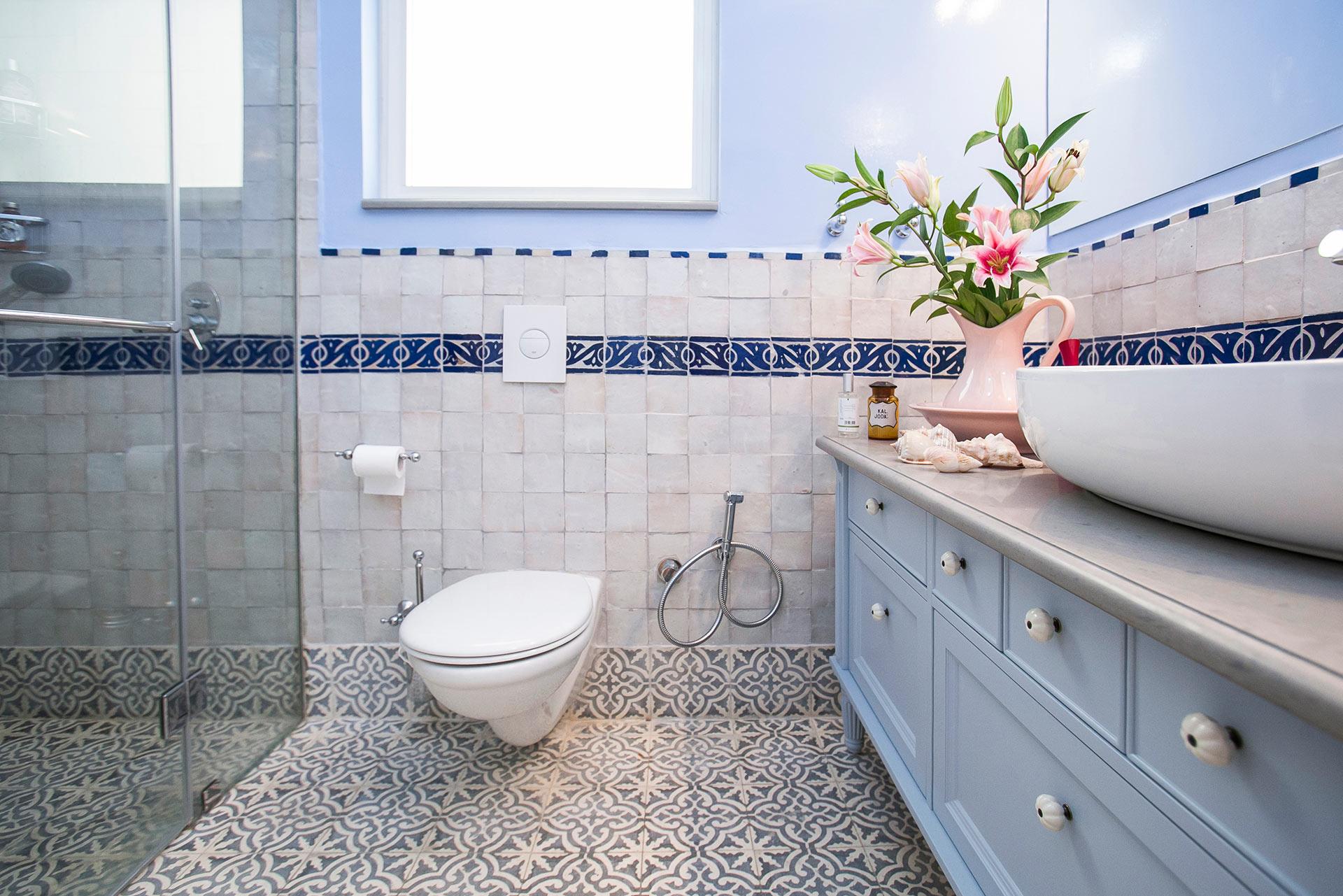 חדר רחצה כיור מונח ארונות מקלחת