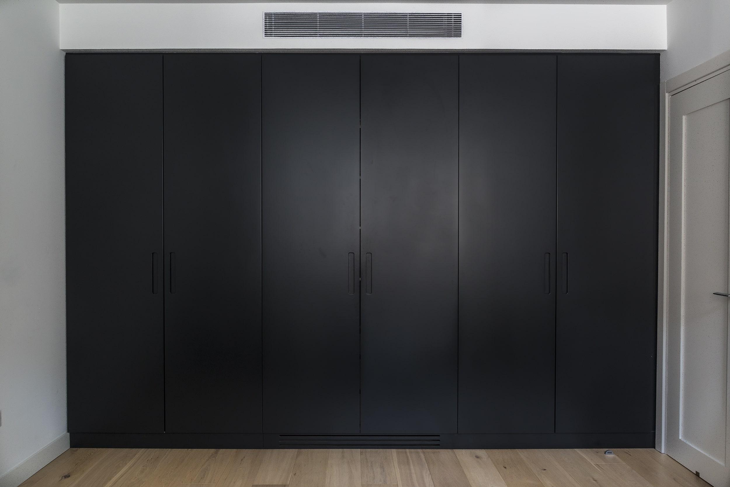 ארון בגדים צבע שחור