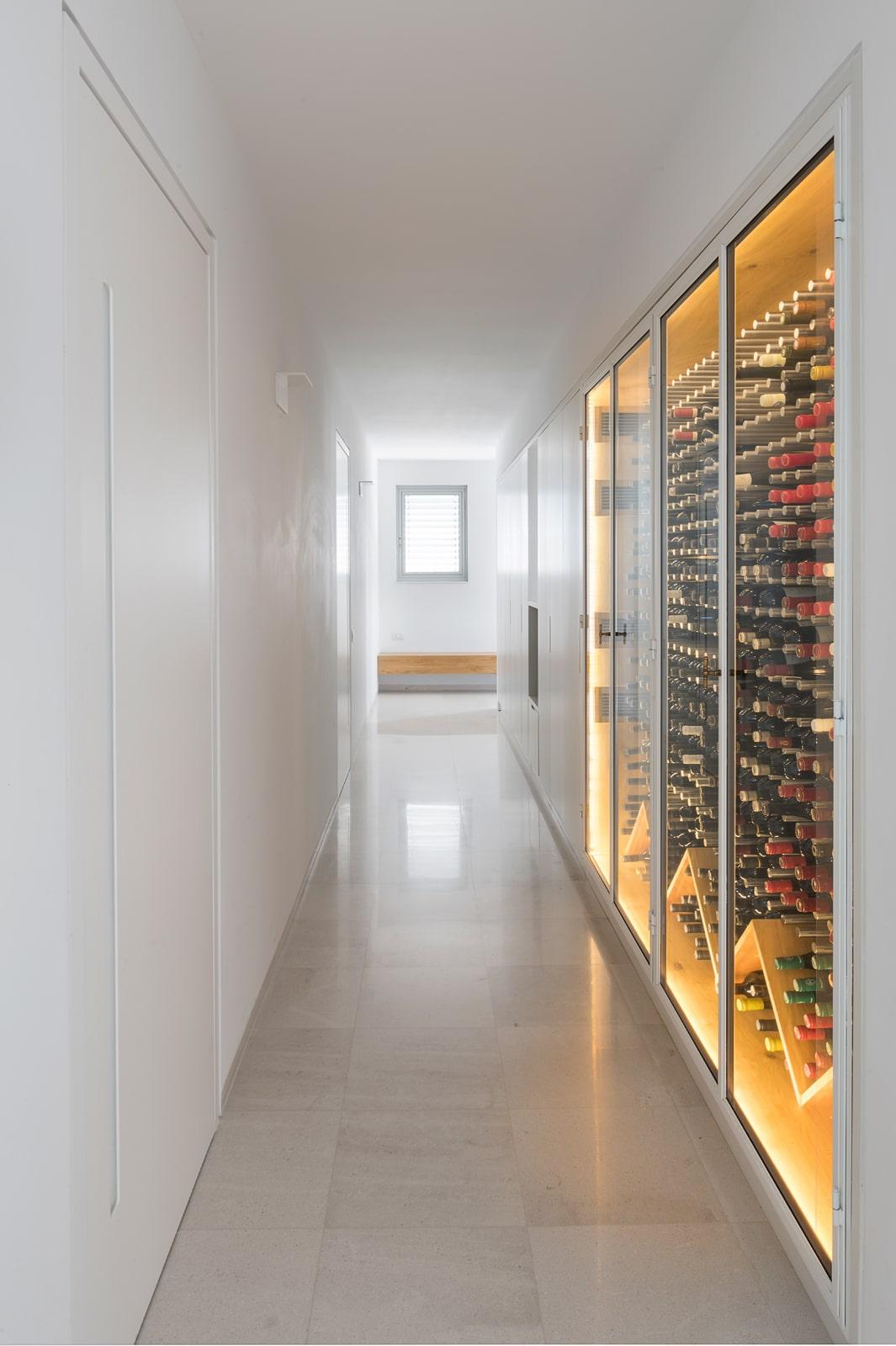 ארון יינות חשמלי בנגרות עם תאורה פנימית ארון מקיר לקיר