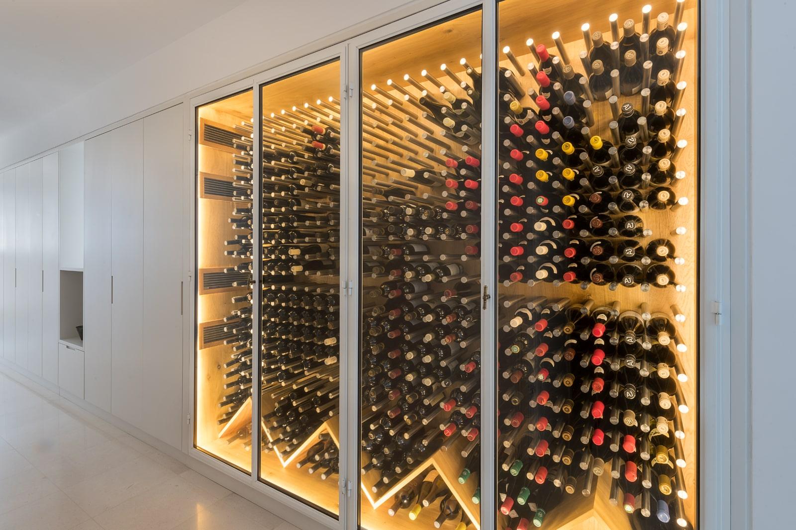 ארון יינות חשמלי בנגרות עם תאורה פנימית