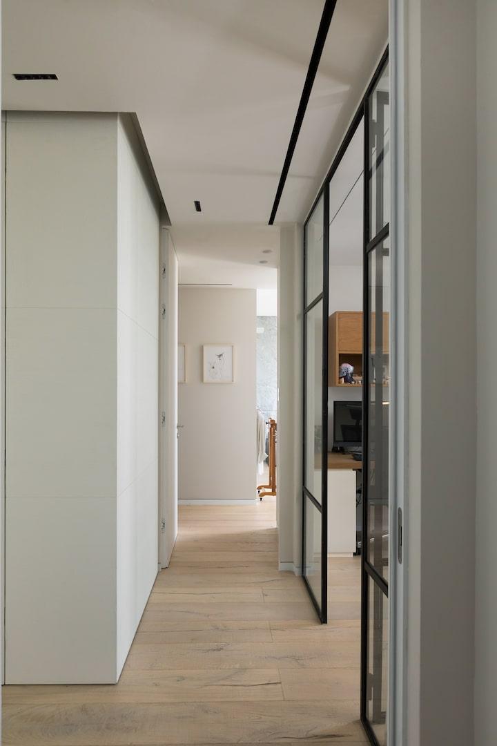 דלת עץ גוון לבן מט מסדרון