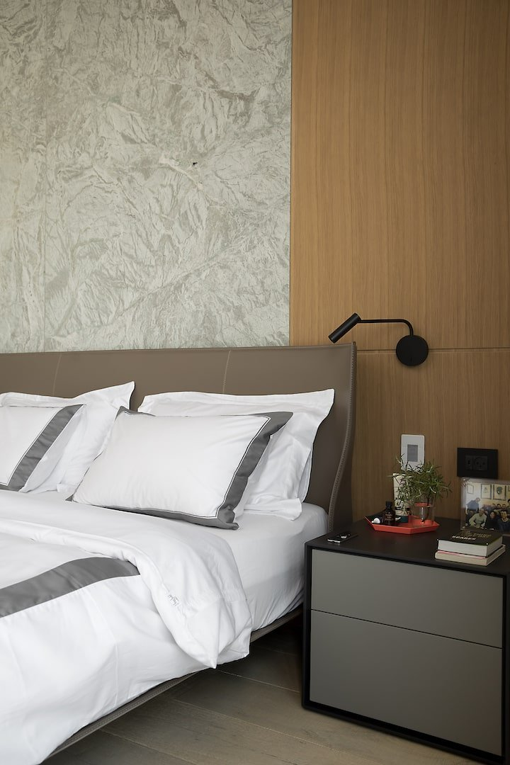 חדר שינה חדר הורים חיפוי עץ שידת לילה