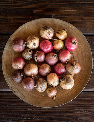Holztisch mit frischen Granatäpfeln