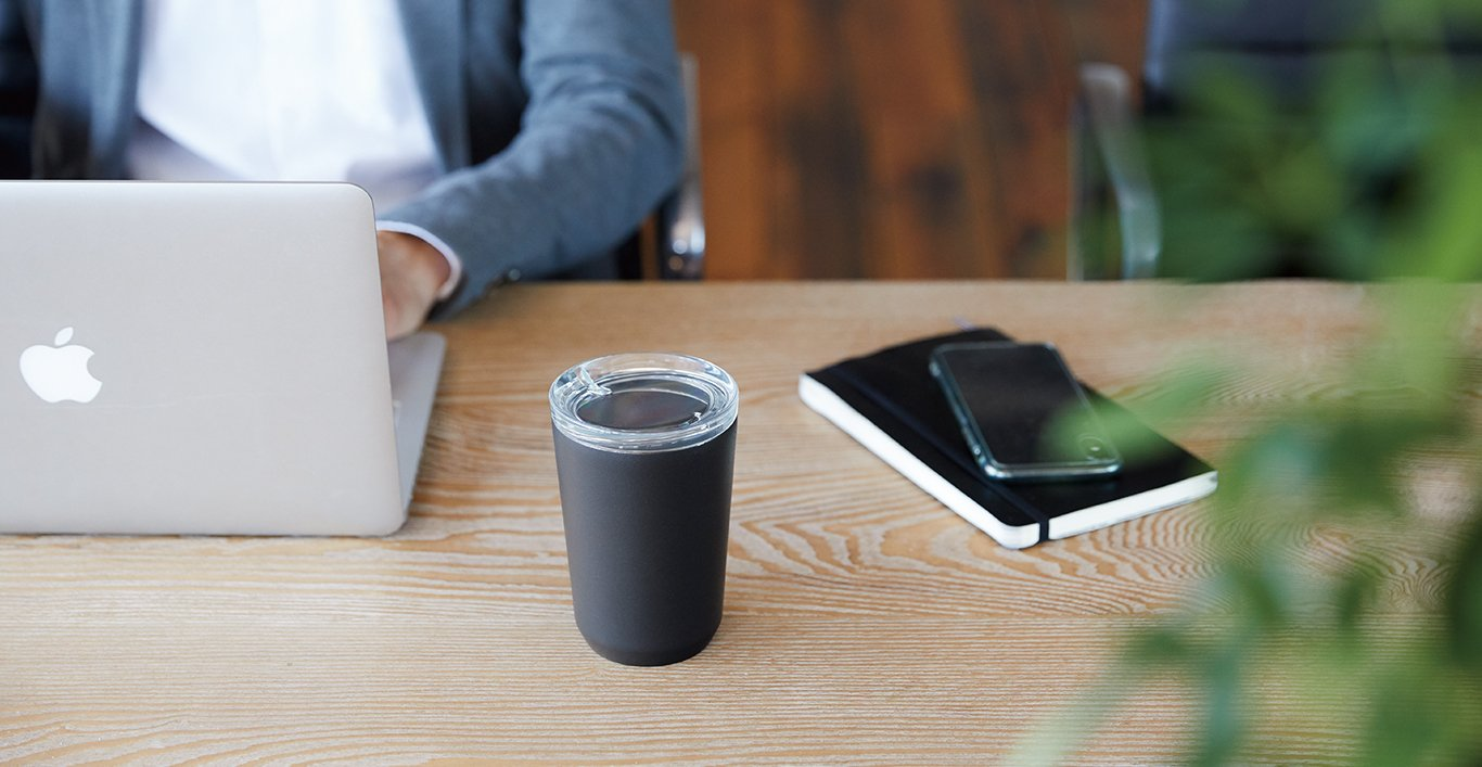 TO GO tumbler 360ml in black on a desk