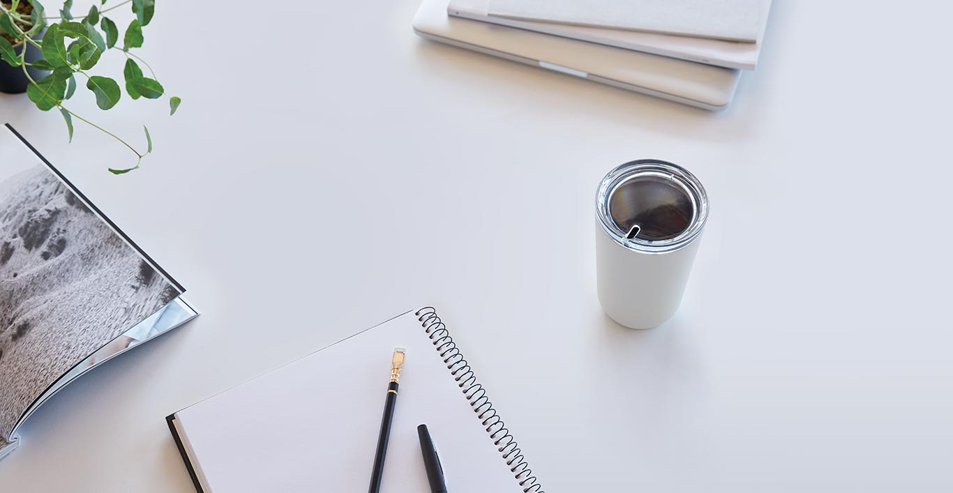 TO GO tumbler 360ml in white on a desk with stationary