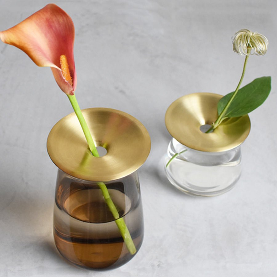 Large LUNA vase in brown with a single flower and a small LUNA vase in clear with a single leaf flower